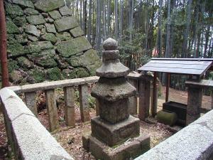裏の竹林にある親鸞聖人の最初の墓標