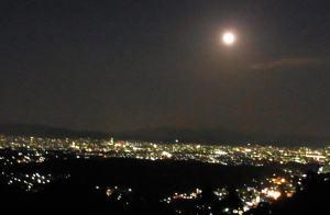 西山からの眺め。仕事を終えると中秋の名月、中央左に京都タワーも見える。
