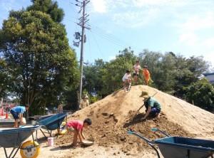山の整備を手伝う4歳児