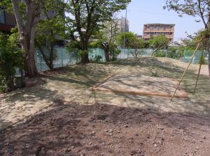 畑と砂場と芝生と木陰